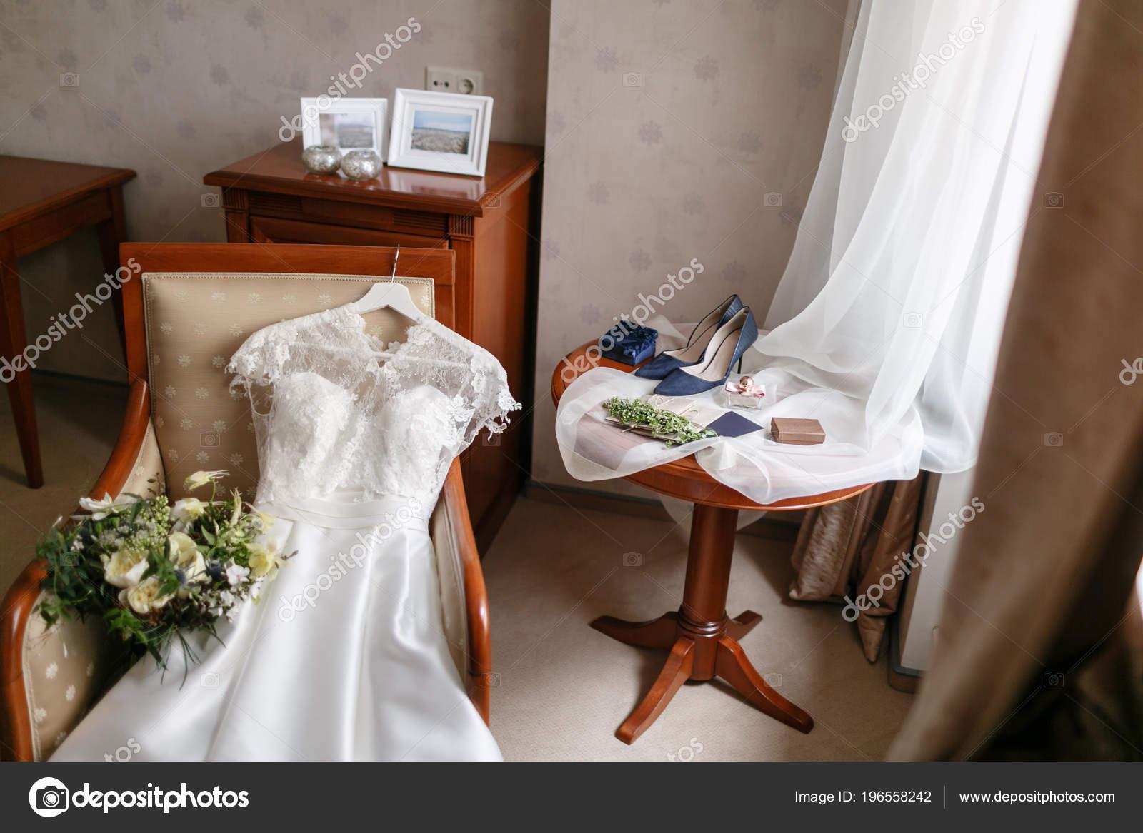 Weißes Brautkleid Mit Spitze Auf Dem Stuhl Liegen Strauß Blumen