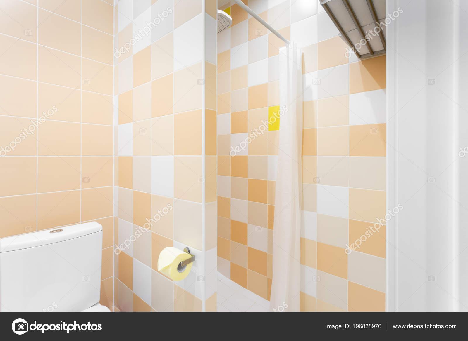 Bagno con doccia wc e lavandino. hotel standart camera da letto