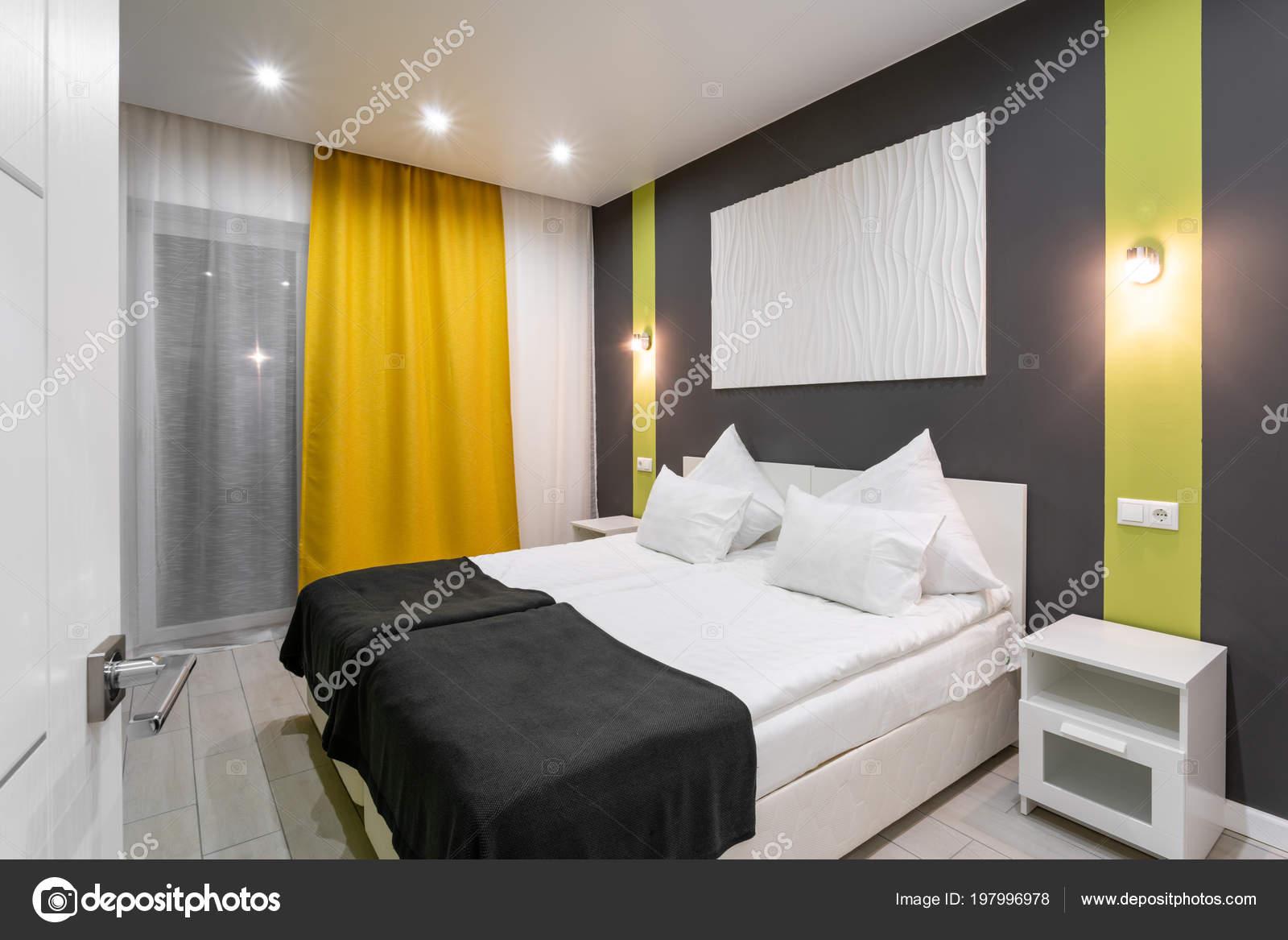 Camera standard di hotel camera da letto moderna con cuscini