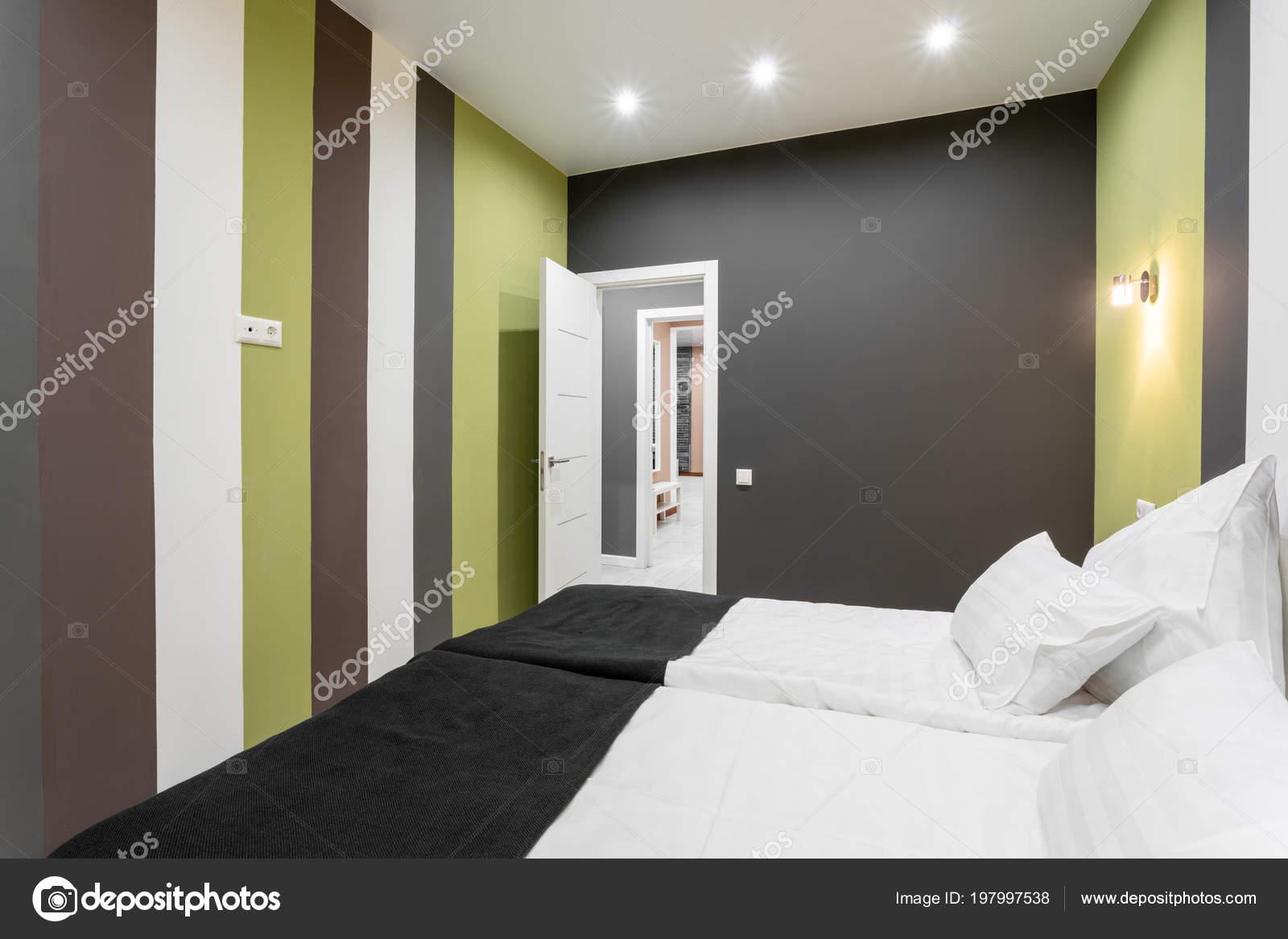 Camera standard di hotel. camera da letto moderna con cuscini