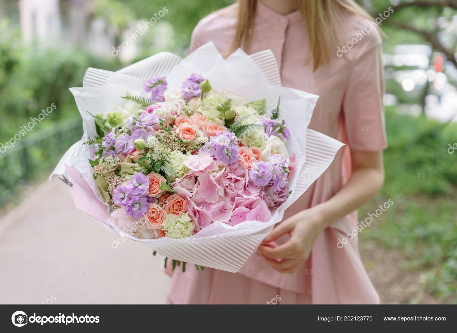 Chica Joven Con Un Ramo De Verano Hermoso Arreglo Floral