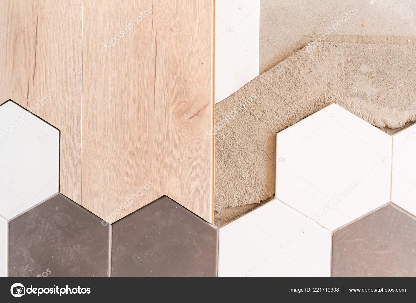 Die Kombination aus Holzplatten von Laminat und keramische ...
