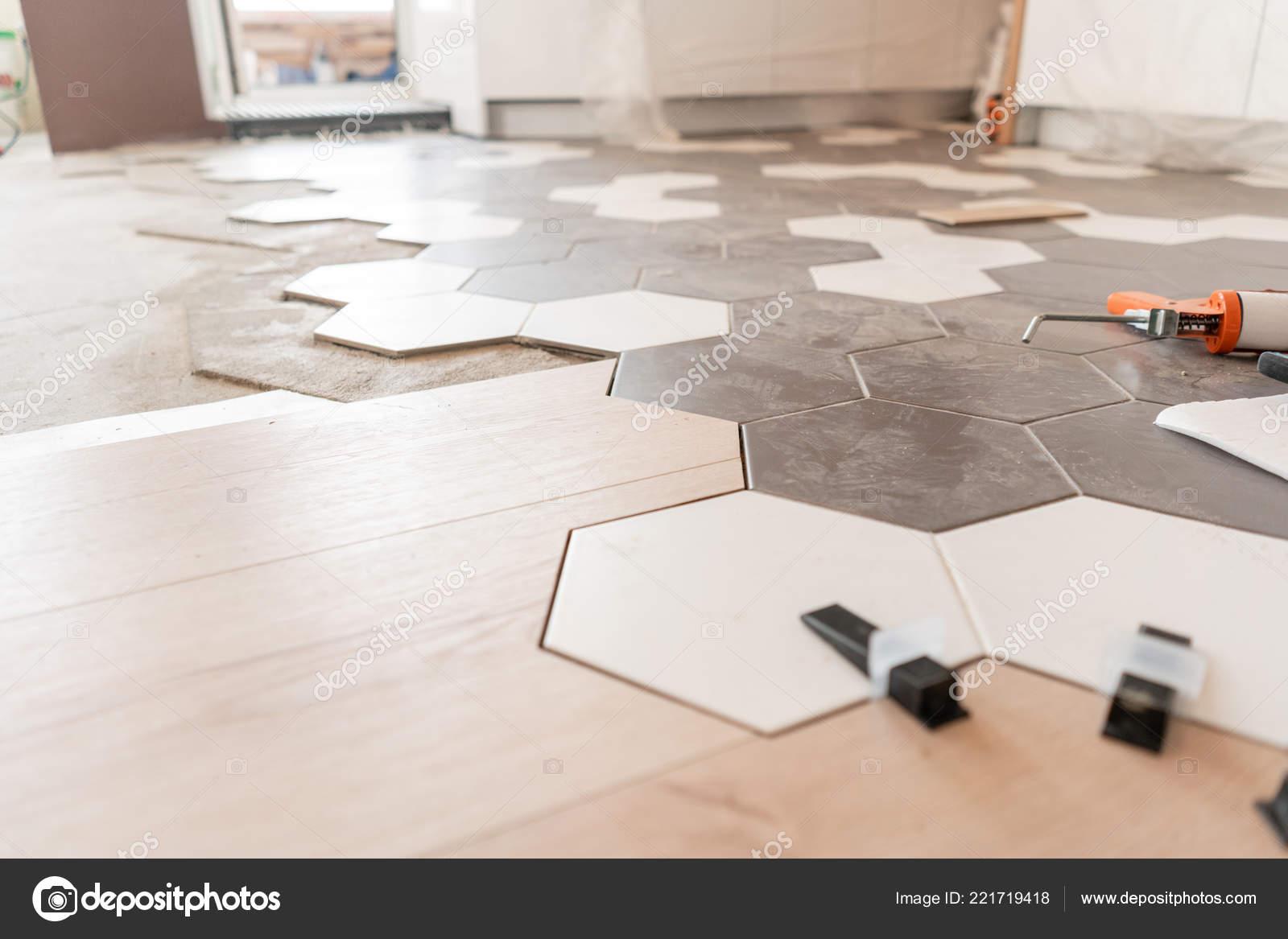 Tegels Keuken Honingraat : De combinatie van houten panelen van laminaat en keramische tegels
