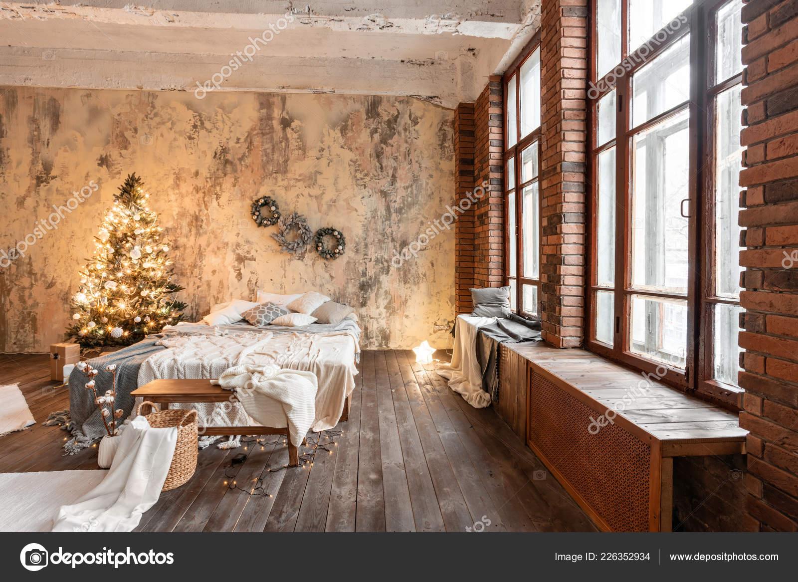 Wohnungen Im Loft Stil Bett Im Schlafzimmer Hohe Grosse Fenster Ziegelwand Mit Kerzen Und Weihnachtsbaum Warme Und Braune Farbe Stockfoto C Malkovkosta 226352934