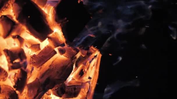 Plameny a řeřavé uhlíky argentinského grilu. Příprava oheň a gril pro grilování v restauraci. Steak house, Kobe hovězí maso, ribeye steak.