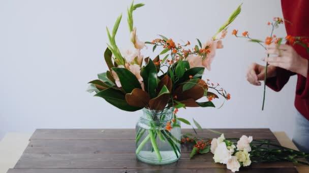 Floreria Hembra Pone Flores En Un Jarrón De Cristal Y Hacer Un Arreglos Florales Nuevas Mujer Recogiendo Flores Frescas De Caja Para Crear Hermoso Bouquet En Florero Concepto De Tienda De Flores
