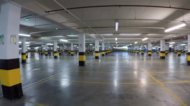 Covid - 19. Video with large empty shopping center parking.