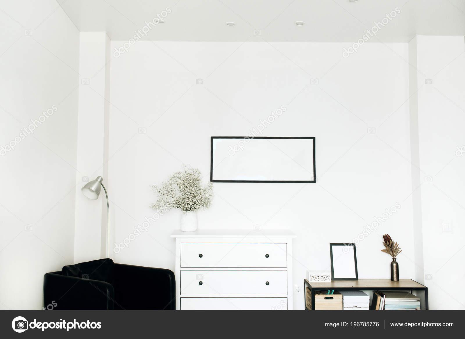 Home Design Interieur Mit Fotorahmen Weißen Blüten Bouquet Und ...
