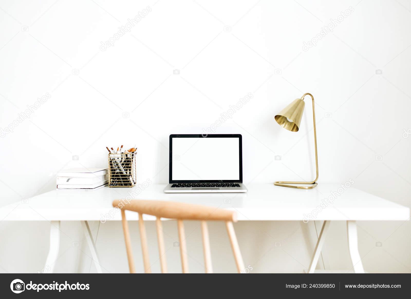 Espace travail bureau lumineux bureau domicile avec maquette Écran
