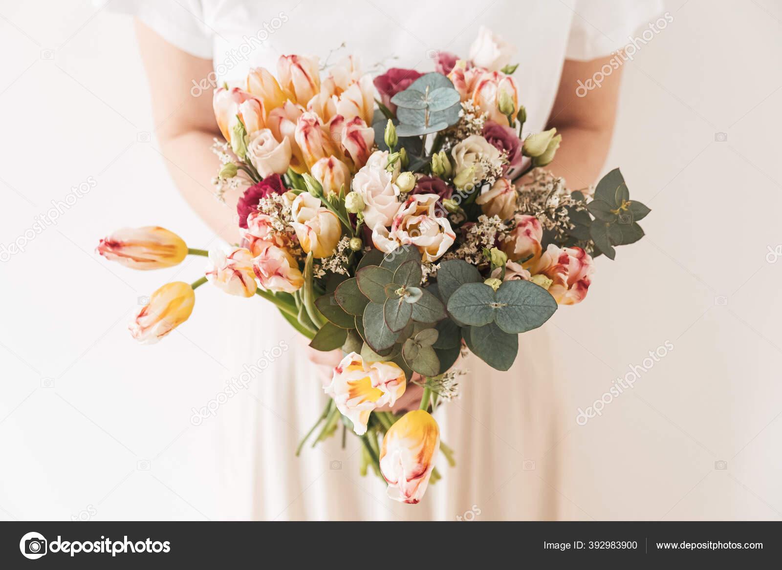 Gadis Cantik Yang Memegang Buket Bunga Dinding Putih Latar Belakang Stok Foto C Maximleshkovich 392983900