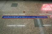 Bangkok, Thajsko-prosinec 7, 2018: žádné vozíky povolen znak napsán v thajštině, anglicky a čínsky na mezinárodní letiště Don Mueang, Bangkok, Thajsko