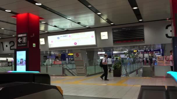 Tokio, Japonsko-19. červenec 2019: služba je pozastavena na stanici Keio line Shinjuku kvůli požáru v elektrárně ráno..