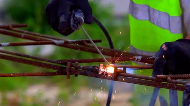 Kovové konstrukce pomocí elektrické svařování, ochrana s svařovací helma, osobní bezpečnost očí
