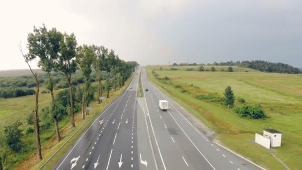 Letecký pohled shora na mokré dálnici. Pohyblivé automobily na mokré silnici, Střelba z Duně. Letecká krajina