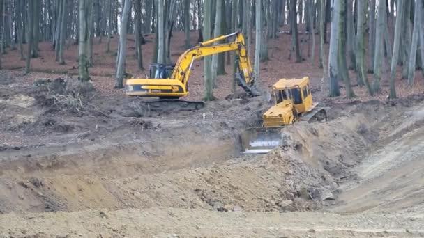 Lvov Ukrajina 29. prosince 2018. Práce bagry a buldozery na staveništi. Zarovnání terénu
