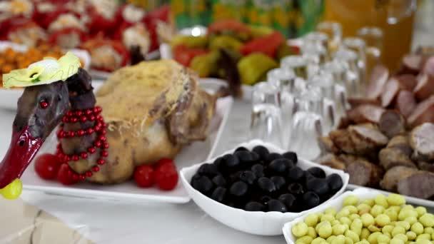 Dekorativní kachna na sváteční stůl, zdobené červenými korálky. Dekorace sváteční stůl. Novoroční den