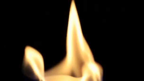 Požární zpomaleně. žluto bílý ohnivý jazyk. Útulné teplo příjemné pozadí