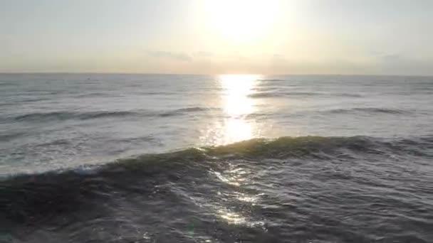 Východ slunce nad mořem, pohyb kapitána nad mořem na okraji bříza za