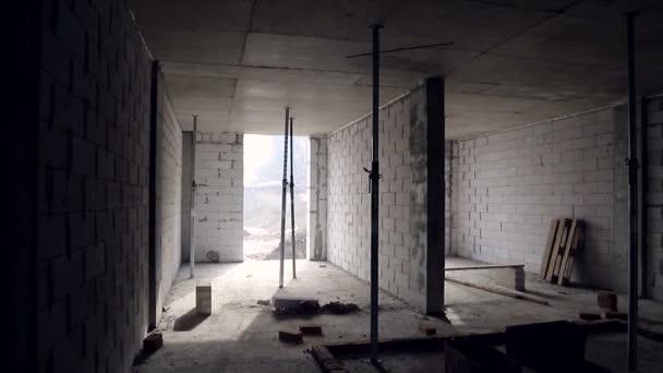 Interiér nedokončené budovy v místnosti. Výstavba plynových bloků a vnitřní příčky mezi místnostmi