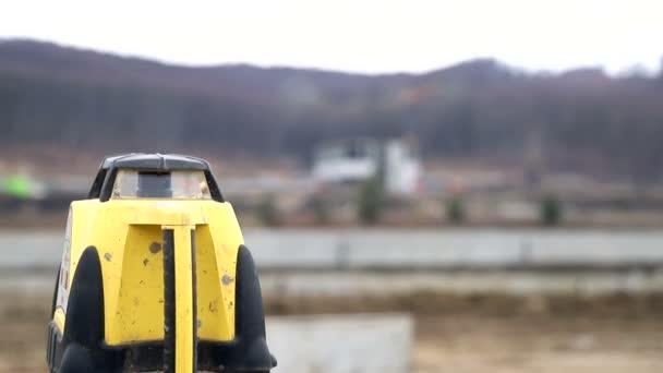 teodolit, szint dolgozó férfi építőmunkás