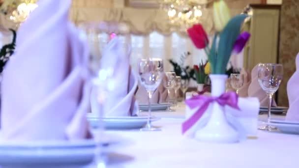 gyönyörűen díszített asztalt egy drága étteremben. Virágok a tulipán egy szép asztali dekoráció az étteremben