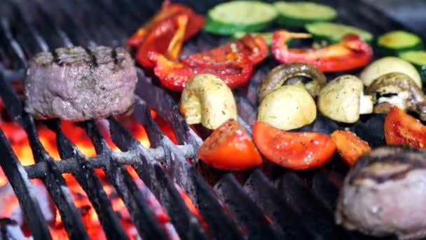 Hús, vegyes zöldség, a barbecue grill.
