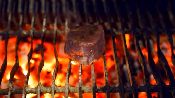 Egy friss lédús darab sertés pörkölt a parazsat. Főzés a grill hús.