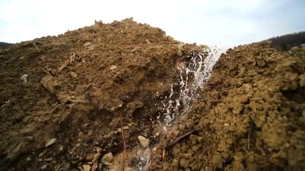 Wasserpumpen im Baugewerbe. Wasser fließt aus dem Rohr aus nächster Nähe. Undichtigkeit von Schmutzabfällen. Umweltschutz und Umweltschutz. Umweltkatastrophe