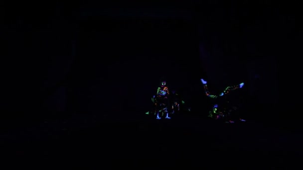 Gyermekek neon fény, lány fluoreszkáló make-up, art design a női disco táncos tánc UV-fényben, színes töltsük fel. Lassított mozgás