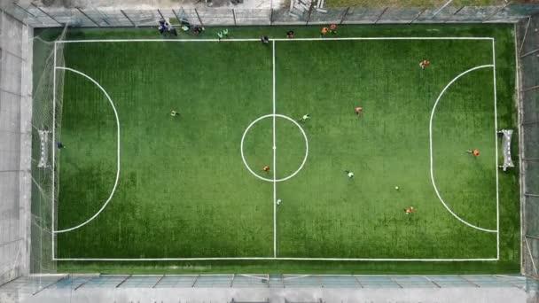 Der Beginn eines Fußballspiels und das Toreschießen. Luftaufnahme eines Fußballspiels der Blick von oben