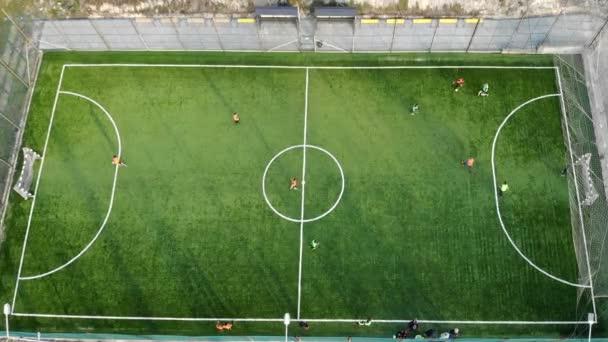 Egy labdarúgó-mérkőzés kezdete és gól pontozása. Légi felvétel egy futball mérkőzés a kilátás felülről