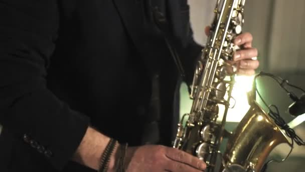 A szaxofonos arany szaxofonon játszik. Jazz-zene.