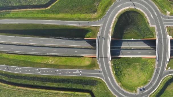 Légi felvétel a legnépszerűbb utazási autók csomópont formájában egy gyűrűt az autópályán. Kilépés az autópálya nézetből felülről.