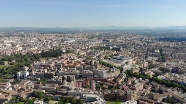 Pohled z výšky domů a infrastruktury Říma v Itálii.