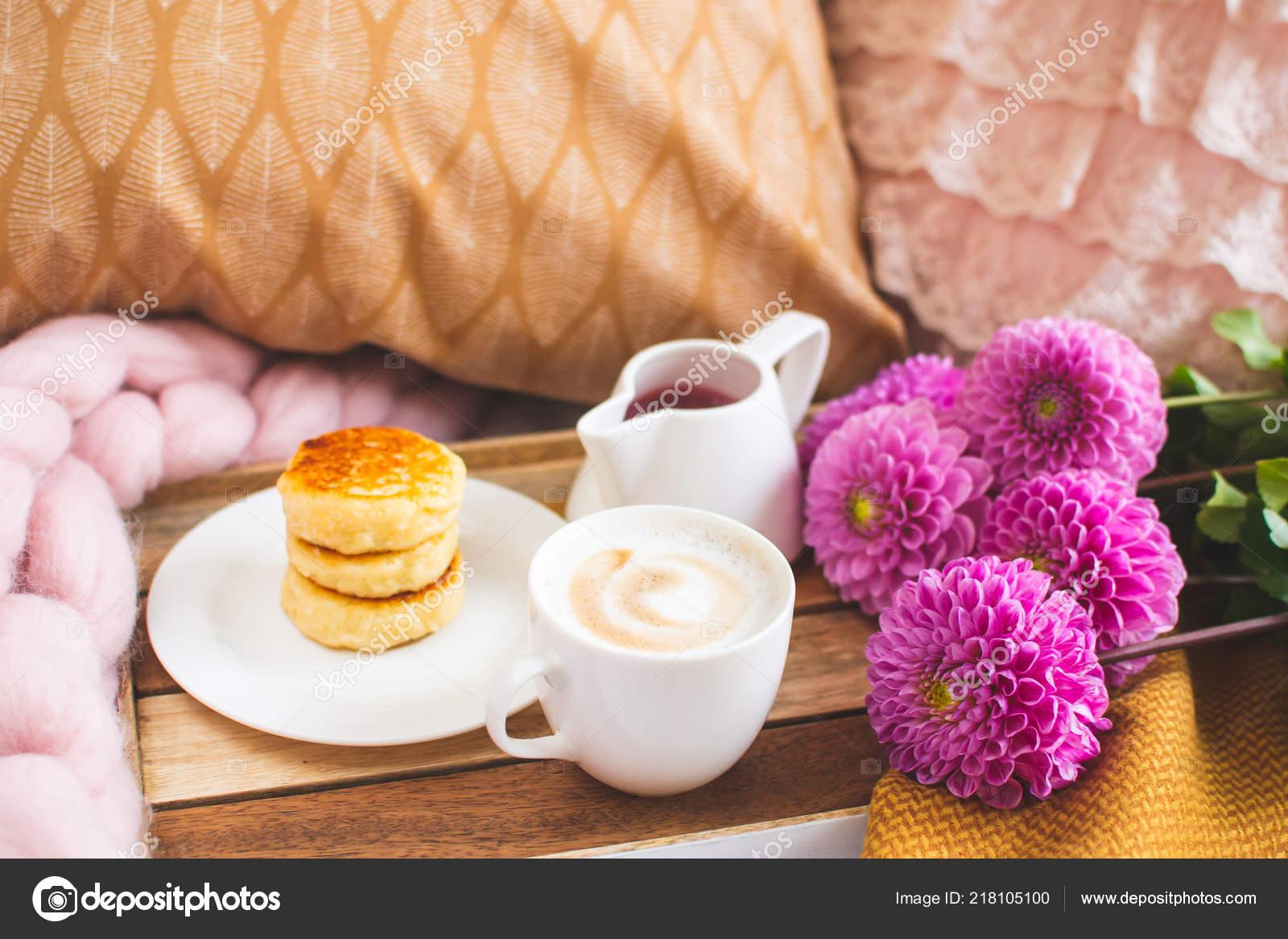 Weiße Tasse Kaffee Cappuccino Quark Pfannkuchen Senf Gelb Kariert  Schlafzimmer U2014 Stockfoto