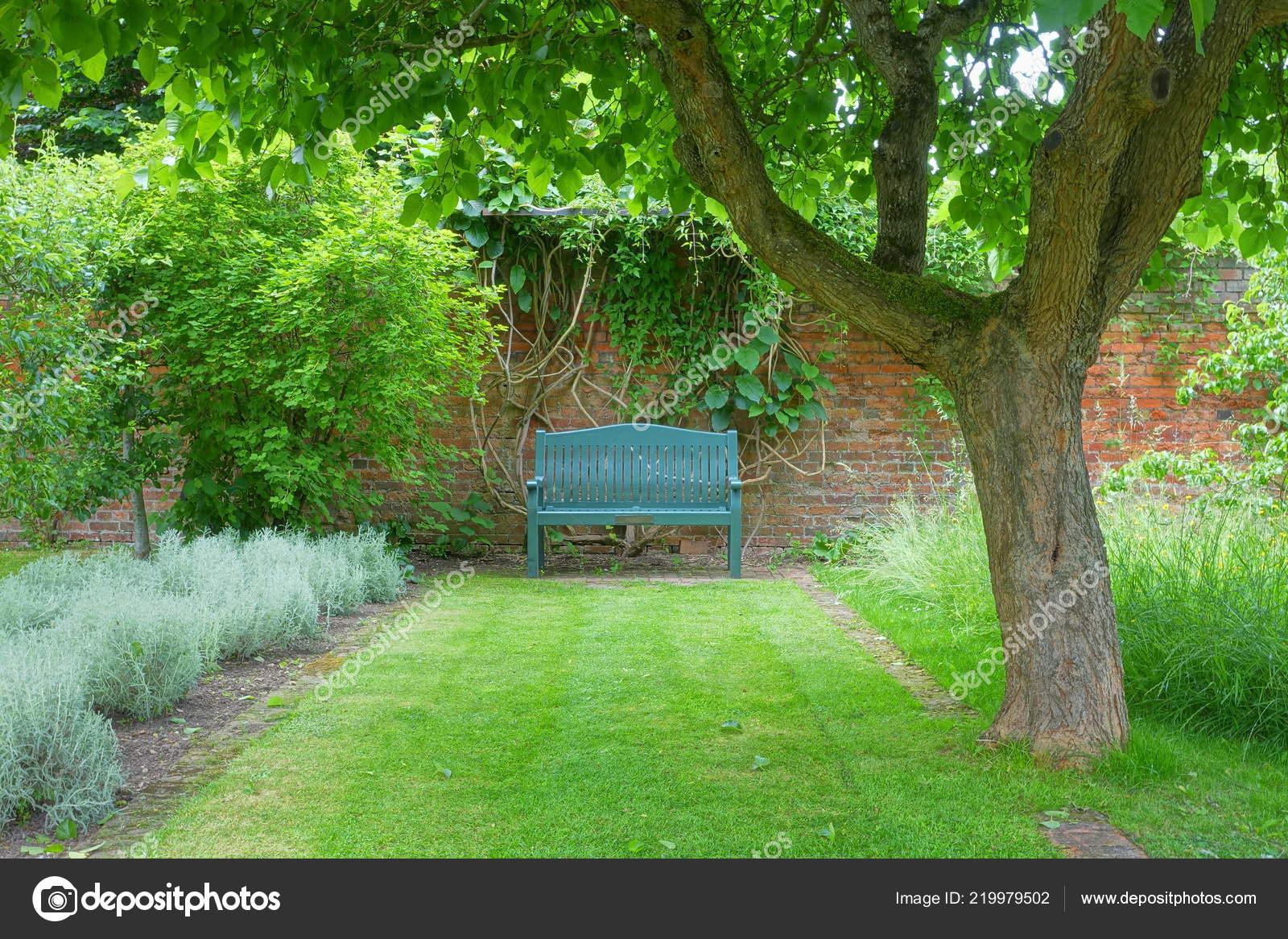 Banc Bois Face Mur Pierre Dans Beau Jardin Photographie
