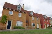 Vnější pohled domů řadových červených cihel na typické anglické obytné nemovitosti
