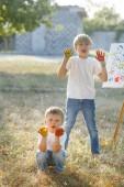 Fotografie niedliche Kinder malen im Freien