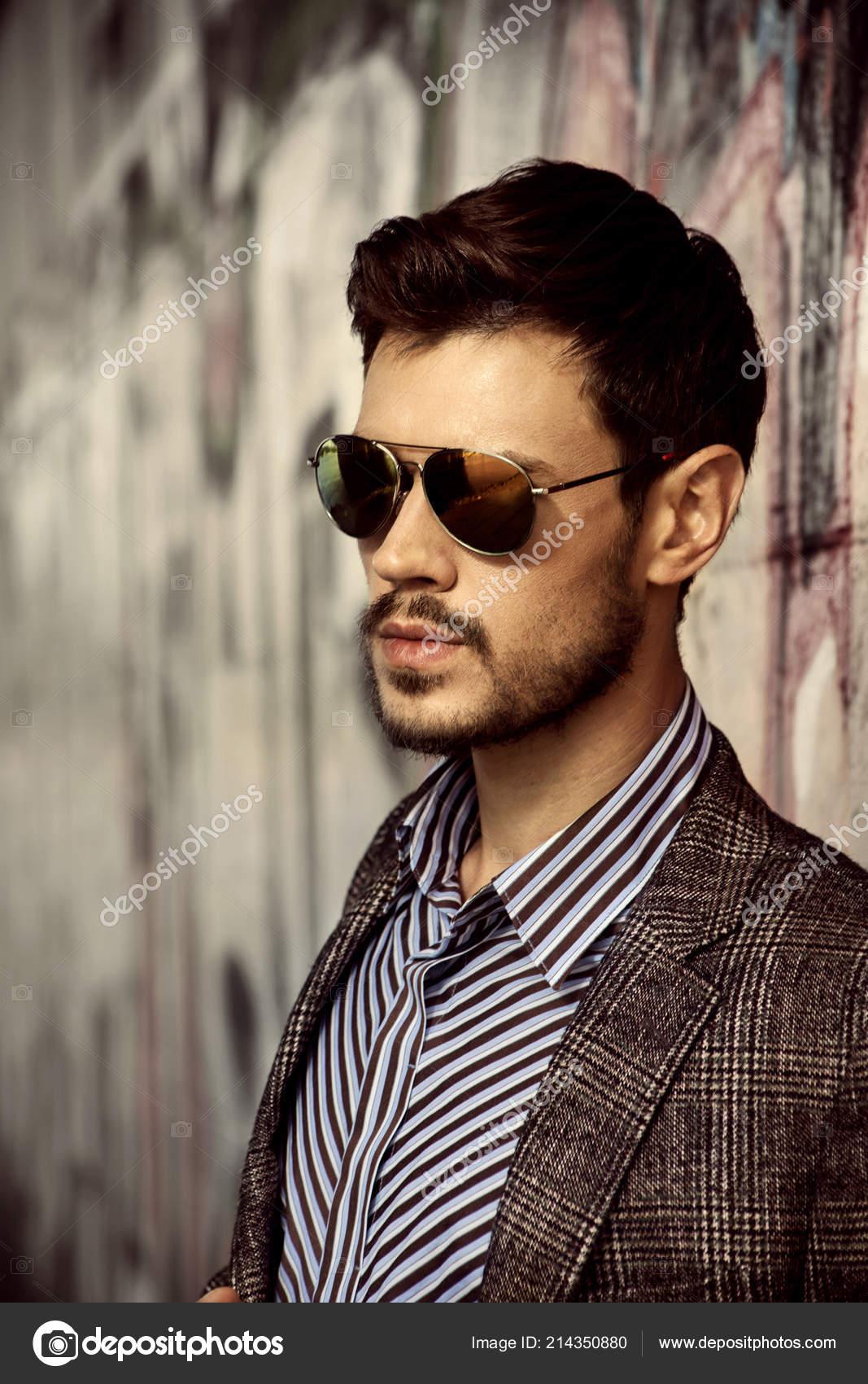 29a3720b4 Homem Estiloso Óculos Sol Elegante Casaco Posando Parede Grafite —  Fotografia de Stock