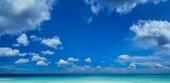 Krásné moře a modrá obloha s mraky bílá