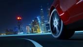 Vista laterale di angolo basso di auto guida veloce a notte con effetto di velocità di movimento. Concetto di trasporto. rendering 3D. Tecnica mista.