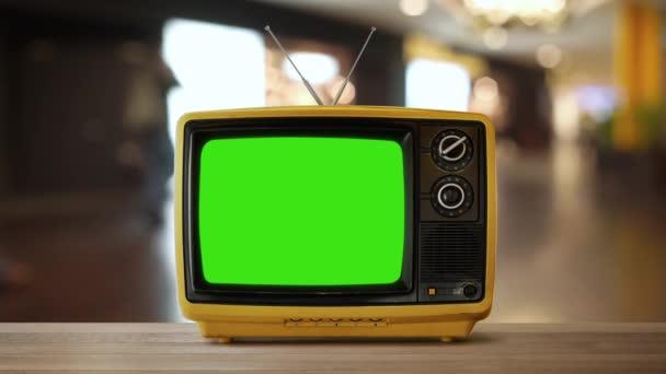 Selektivní fokus retro tv s zeleným plátnem na rozostřeného pozadí