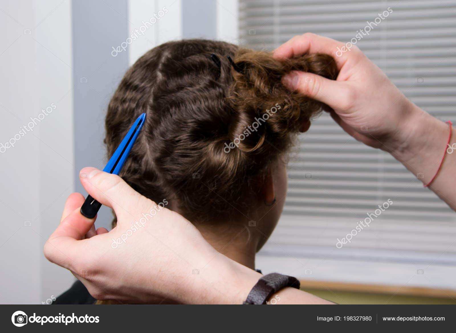Der Friseur Halt Eine Haarspange Der Hand Und Macht Eine Stockfoto