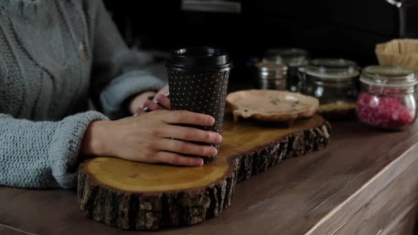 Barista ad a vevő kávét a kávézóban. Lágy fókusz