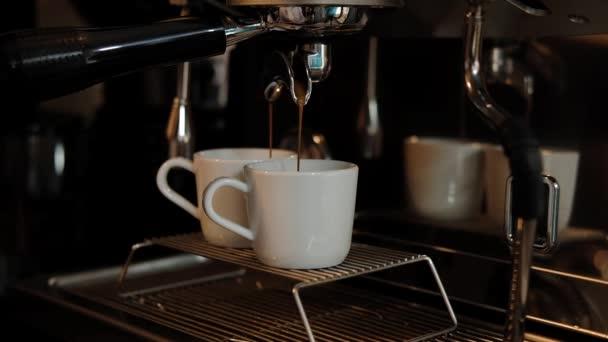 Kávéfőző eszpresszó teszi két fehér csészében. Lágy fókusz