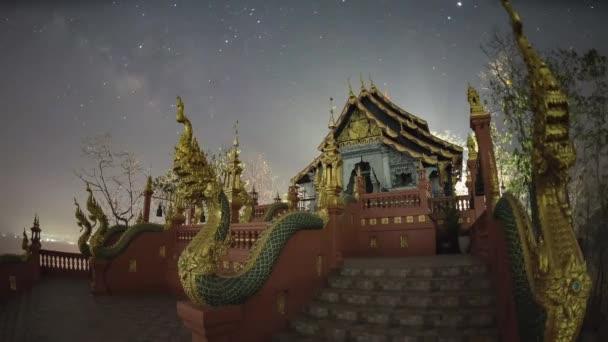 4 k Time lapse: Mléčná dráha povznést nad Wat Phra že Doi Phra Chan chrám z noci na den, Lampang Province, Thajsko