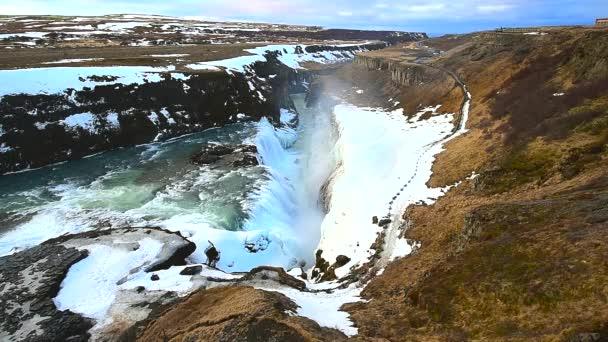 Gullfoss vodopád pohled a zimní krajina obrázek v zimní sezóně, Gullfoss je jedním z nejpopulárnějších vodopády Islandu a turistické atrakce v kaňonu řeky Hvita Island