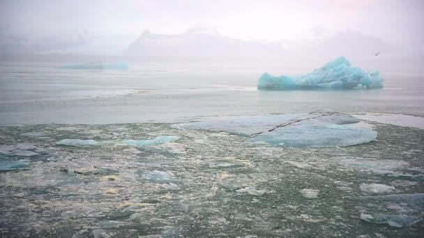 Eisberg und Eis vom Gletscher im arktischen Naturlandschaft auf Island. Klimawandel und globale Erwärmung betroffen