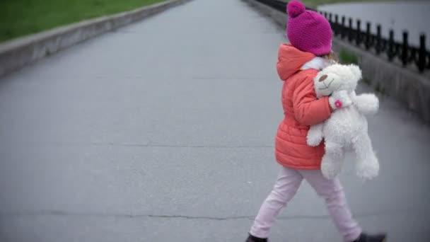 malá holčička v přilbě na koni koloběžka