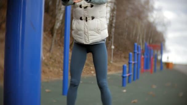 a nők fiatal fitness gyakorlatok az edzőteremben egy szabadtéri parkban